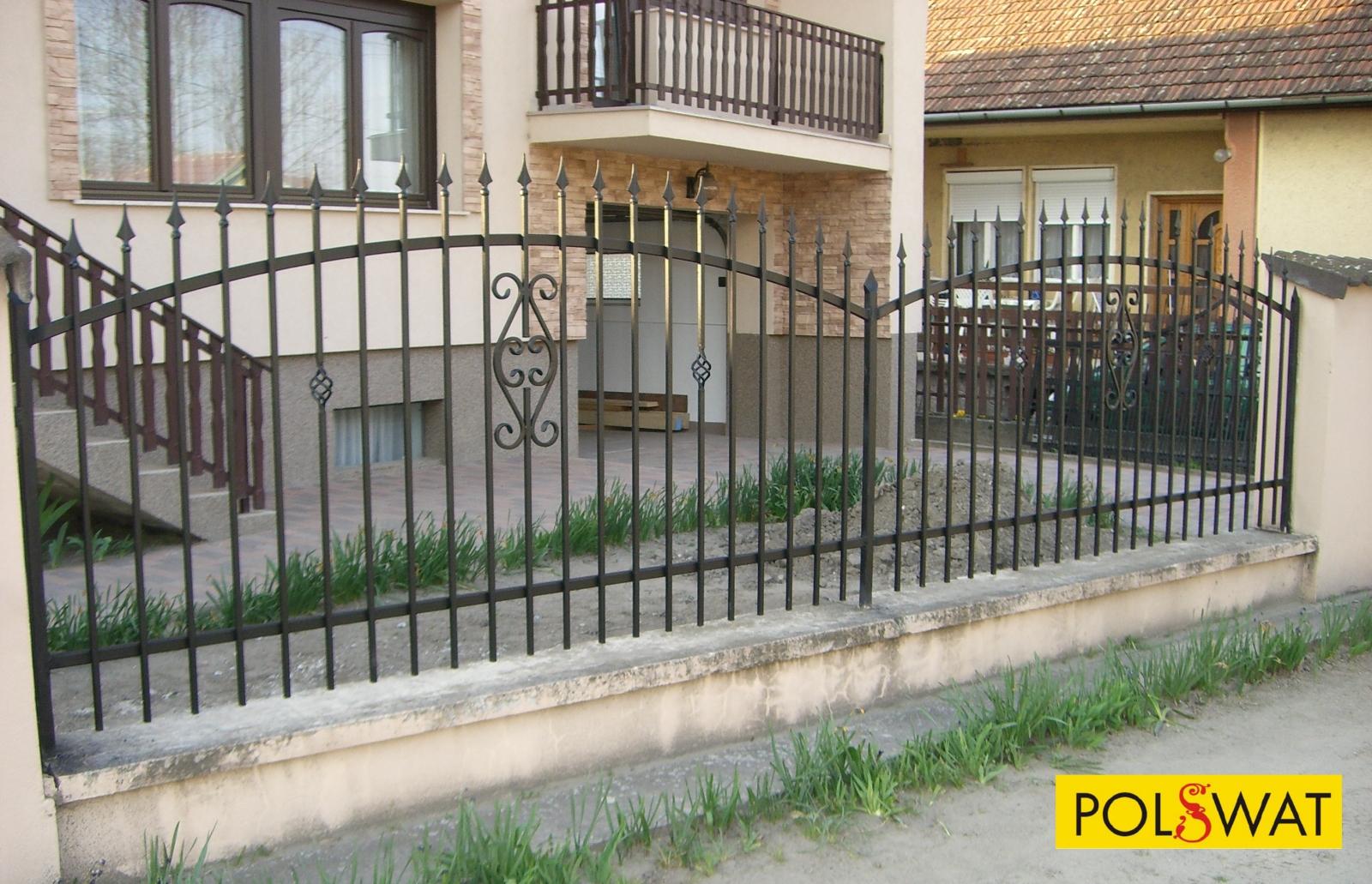 a kovácsoltvas kerítés és kapu kész